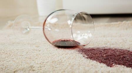 Rotwein, Wachs & Co: Tipps für die schnelle Fleckenentfernung an Weihnachten