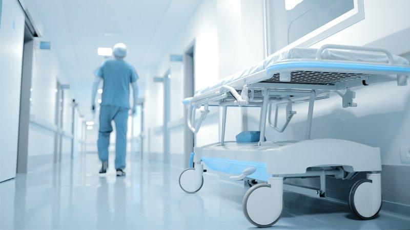 Branchenlösungen - Krankenhausflur mit Pflegekraft