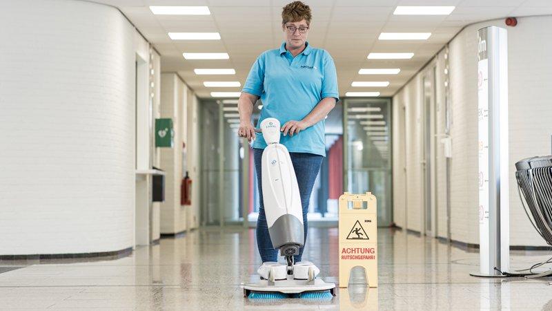Unternehmenswerte - Reinigungskraft reinigt mit iMop